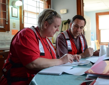Red Cross volunteers Jennifer Pluhar and Mark Steffer responding on location to the W. Broadway Fire in North Minneapolis on April 15, 2015. Photo credit: Lynette Nyman/American Red Cross